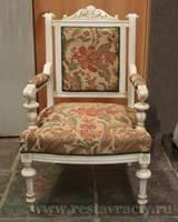 Кресло из дуба покрашено матовой краской с сохранением текстуры