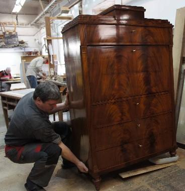 Реставрация старинного антикварного секретера один из сложнейших видов музейной реставрации. Во-первых, все секретеры старые, как правило в плохом состоянии. Они состоят из множества ящичков с секретами. Имеют большие площади под полировку. И очень тяжелые. Стоимость реставрации секретера 19 века красного дерева около 200 тысяч рублей. Срок нашей гарантии не ограничен.