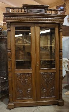 Реставрация старинного книжного шкафа. Восстановление резьбы, замена стёкол, регулировка дверей, ремонт замков, изготовление полок, фанеровка дубом.