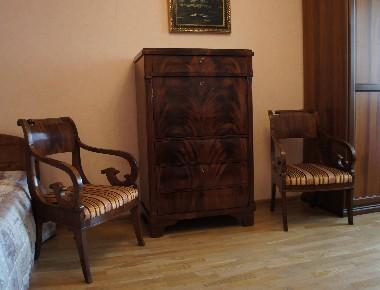 Антикварная мебель в современном интерьере. Секретер красного дерева и два кресла первой половины 19 века. Благодаря легкой деревянной спинке и прозрачным локотникам, старинные кресла выглядят изящно, совсем не загромождают пространство. Съёмное сиденье легко обить новой тканью, даже своими руками.