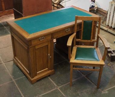 Замена зелёного сукна, на письменном столе. Обивка кожей кресла. Составление гарнитура из отдельных предметов. Реставрация мебели из массива дуба.
