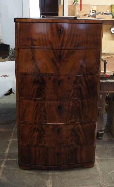 Высокий комод. Характерный признак дорогой русской мебели из красного дерева - рисунок текстуры дерева по фасаду ящиков переходит с одной детали на другую. Реставрация состояла в восстановлении лакового покрытия. Полировка шеллак.Полировка шеллак.