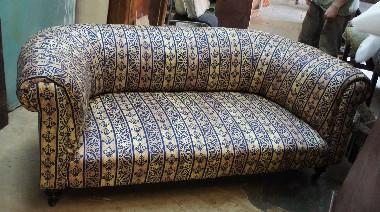 Диван кутаный. Он как бы укутан, обвёрнут со всех сторон тканью. В моду кутаная мебель вошла с середины 19 века, когда интересно было всё экзотическое. Например турецкий диван с валиками.