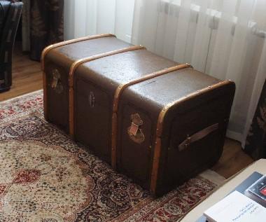 Реставрация дорожного сундука. Хотя сундук предмет не очень дорогой, но его реставрация - мероприятие долгое и кропотливое. Стоимость реставрации старинного чемодана сопоставима со стоимостью реставрации антикварного кресла, не менее 50 тысяч рублей.