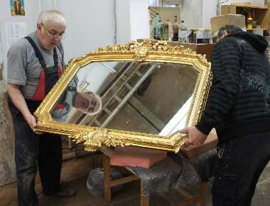 Реставрация резной золоченой рамы. Рама для зеркала или картины может быть резная, либо украшена лепниной. Резная из дерева рама ценится гораздо выше, чем рама с лепниной. отличить лепную раму от резной золоченой может реставратор по характерным повреждениям, кракелюрам (трещинкам), технике.