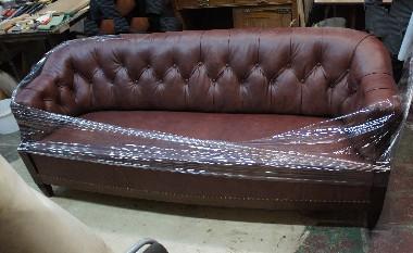 На фото диван из кабинетного сталинского гарнитура обтянут натуральной кожей. Перетяжка капитоне, или каретная стяжка (с пуговицами). Набивка - конский волос.