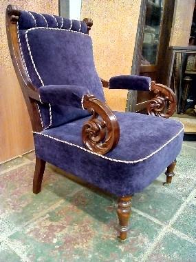 Бронзовые колёса на ножки кресла или стула вошли в моду в 18 веке. Что бы было легче двигать мебель. На корпусной мебели, столах, бюро, витринах, колёсики ставились на все четыре ножки. На мебели для сидения колёса устанавливались чаще только на передние ножки.