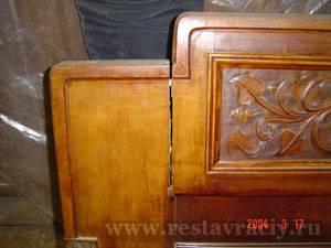 Реставрация корпусной мебели. Трещина на рассохшейся детали спинки кровати. Деформация дерева (древесины).