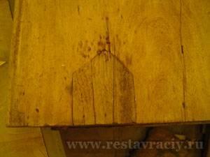 Восстановление шпона. След старой реставрации столешницы стола 19 века. Красное дерево.