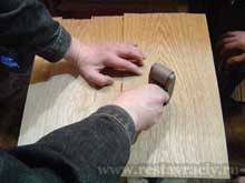 Притираем шпон, начиная от середины столешницы