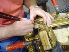 Реставратор восстанавливает резьбу на раме