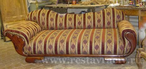Фото диван после реставрации. Родная оригинальная форма. Переделка дивана своими руками его только испортит.